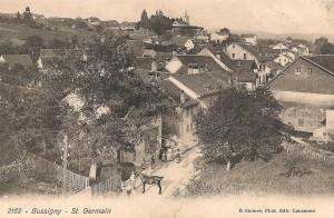 Carte postale du quartier Bussigny - St-Germain ~1916-1920. La prise de vue du photographe a attiré des habitants curieux.