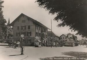 1939 Un automobile et une station Shell et un attelage à deux chevaux animent la prise de vue de l'Hôtel de Ville.