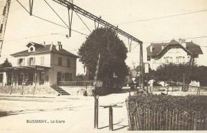 1930 Bussigny gare , le passage à niveau ~1917 , la ligne déjà électrifiée et le no sur la carte postale définit la période.