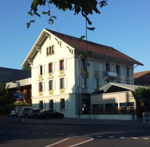 2013 L'hôtel de Ville de Bussigny-près-Lausanne avec le couvert du restaurant.