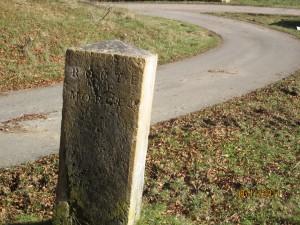 Indicateur de direction sur l'ancienne route du col Mollendruz , bifurcation depuis Orbe / La Vallée direction Morges (col Mollendruz).