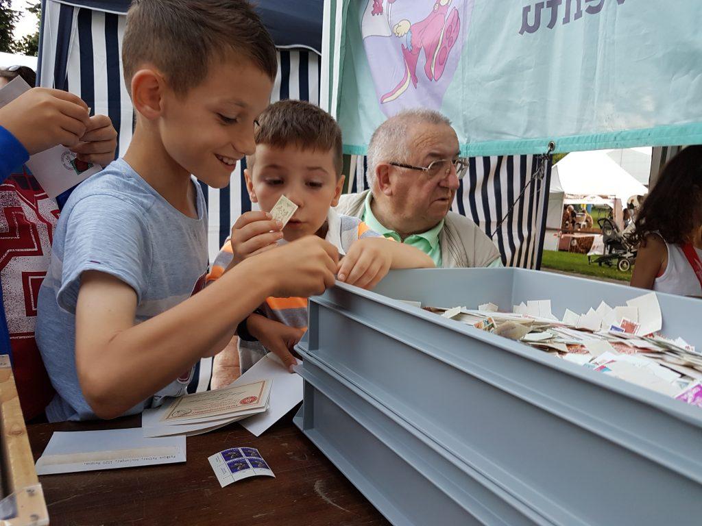 Les Jeunes ont du plaisir à choisir des timbres au stand de la SPR, qui est présent au Festival FestiMixx 2018 à Renens.